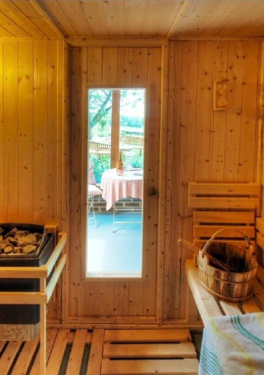 A bed and breakfast with a hot tub (with views of the garden)